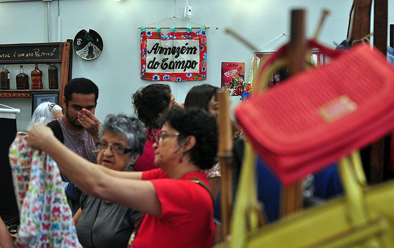 Bazar Lula livre é sucesso de público em SP e deve ter nova edição ... 37f36ec02b3