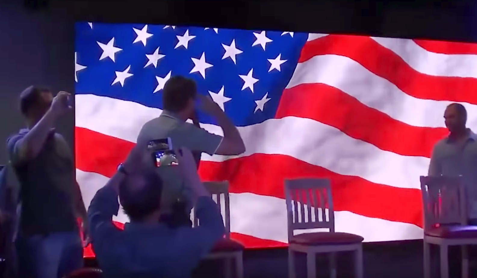 Resultado de imagem para bolsonaro bate continência a bandeira