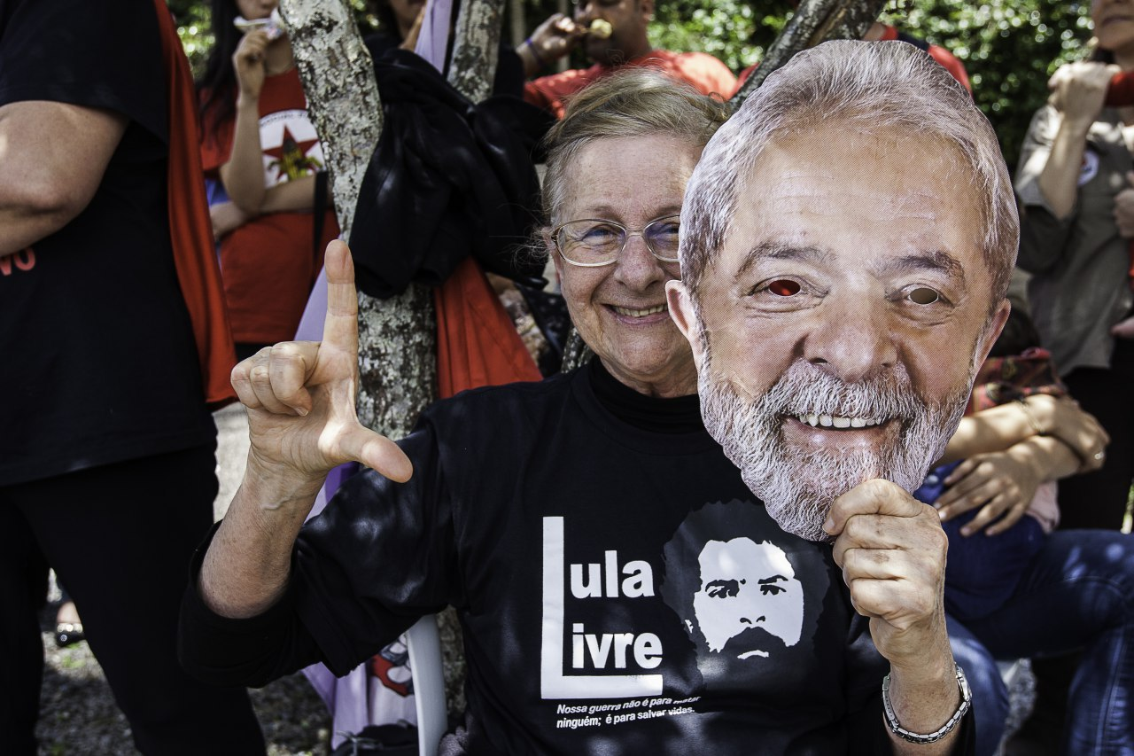 b14fb5e609947 Ao longo do dia, apresentações artísticas e discursos vão de revezar no  palco montado na Vigília. A Brigada Latinoamericana marca presença com  militantes de ...
